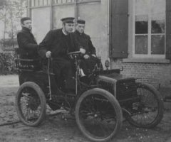 sint anthonis, 3 priesters in automobiel.jpg